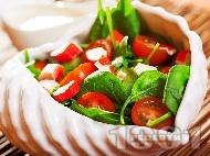 Вкусна салата с бейби спанак, рукола, чери домати и рулца от раци с дресинг от майонеза